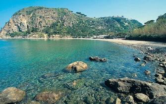 Una spiaggia dell'isola di Ischia