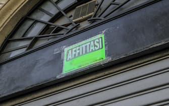 Negozi con le saracinesche abbassate e con il cartello affittasi esposto, Milano, 8 Maggio 2020. ANSA/Andrea Fasani