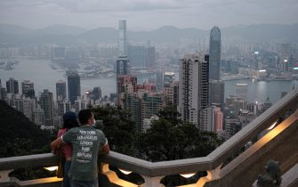 epa08825027 A couple enjoys a panoramic view of the city from Victoria Peak in Hong Kong, China, 17 November 2020. On 22 November, Hong Kong and Singapore will launch a quarantine-free travel bubble between the two cities.  EPA/JEROME FAVRE