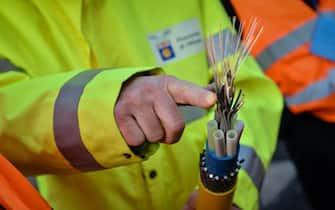 Un tecnico indica un cavo di fibra ottica