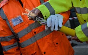 Tecnici al lavoro per l'installazione di cavi di fibra ottica