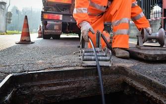 Un tecnico al lavoro per l'installazione di cavi di fibra ottica a Melegnano