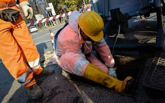Tecnici impegnati nell'installazione di cavi di fibra ottica