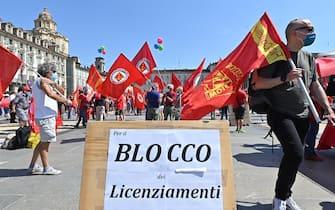 Una protesta contro la fine del blocco dei licenziamenti a Torino