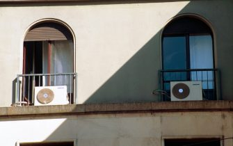 CALDO CONDIZIONATORE D'ARIA (MILANO - 2001-06-15, Mantero Letizia) p.s. la foto e' utilizzabile nel rispetto del contesto in cui e' stata scattata, e senza intento diffamatorio del decoro delle persone rappresentate