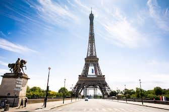 Covid 19 (coronavirus), commemoration du 8 mai 1945, un drapeau Francais est deploye sur la Tour Eiffel et ce pour une semaine a la demande du President Emmanuel Macron. Paris, FRANCE-08/05/2020.//04MEIGNEUX_meigneuxB002/2005081745/Credit:ROMUALD MEIGNEUX/SIPA/2005081749