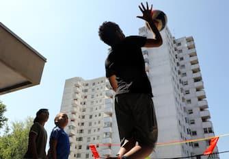 """Alcuni bambini giocano al centro estivo """"Estate-poplare"""" organizzato dal comune di Milano  nel quartiere Grattosoglio. Milano 14 Agosto 2020.ANSA / MATTEO BAZZI"""