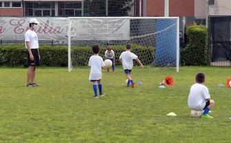 Bambini svolgono attività sportive in un centro estivo comunale per bambini presso le scuole a San Donato Milanese, 15 Giugno 2020. Ansa /Andrea Canali