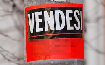 Un cartello con scritto vendesi riferito a un'unità immobiliare