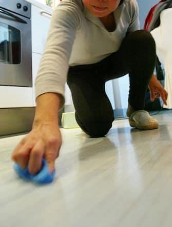 colf pulisce pavimento