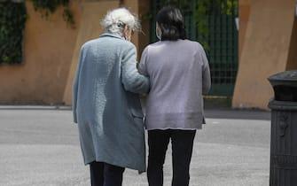 Una signora anziana con la sua badante durante la fase 2 dell'emergenza Coronavirus a Roma (Roma - 2020-05-05, Luigi Mistrulli) p.s. la foto e' utilizzabile nel rispetto del contesto in cui e' stata scattata, e senza intento diffamatorio del decoro delle persone rappresentate