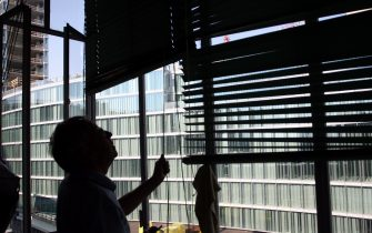 RIFLESSI SOLARI DELLE FINESTRE DELLA NUOVA SEDE DELLA REGIONE SCIOLGONO LE TAPPARELLE DEL CONDOMINIO DI VIA ALESSANDRO PAOLI 6 (MILANO - 2009-09-08, Stefano De Grandis) p.s. la foto e' utilizzabile nel rispetto del contesto in cui e' stata scattata, e senza intento diffamatorio del decoro delle persone rappresentate