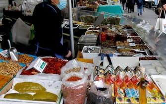 Venditore ambulante al mercato di via Crema, a Milano, durante la zona rossa