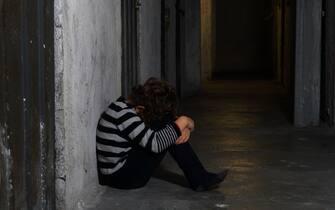 Italia , Milano - bambino di 6 anni soffre e piange per la paura - aumento delle violenze domestiche e abusi sessuali  sui minori durante Covid-19 Coronavirus epidemia e lockdown