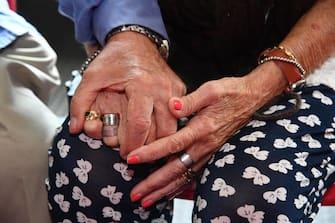 Le mani strette di Pasquale Ranieri 86 anni (S) e Graziella Pistorio 83 anni (D), nel centro per gli sfollati del Centro Civico Buranello. Genova, 06 settembre 2018. ANSA/LUCA ZENNARO