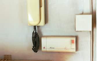 ELETTRODOMESTICI IMPIANTO IN APPARTAMENTO DI ANTIFURTO (MILANO - 2000-04-12, ) p.s. la foto e' utilizzabile nel rispetto del contesto in cui e' stata scattata, e senza intento diffamatorio del decoro delle persone rappresentate
