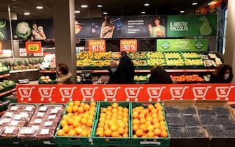 milano - viale molise - apertura di un nuovo supermercato alimentare  aldi -  reparto  frutta (milano - 2020-12-03, francesco rossi) p.s. la foto e' utilizzabile nel rispetto del contesto in cui e' stata scattata, e senza intento diffamatorio del decoro delle persone rappresentate
