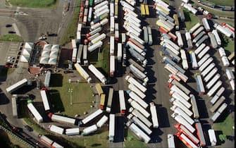Un deposito di vari camion e tir