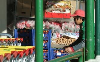 un magazziniere lavora al super mercato
