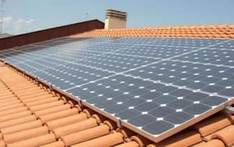 Pannelli solari per la produzione di energia elettrica sul tetto di una casa
