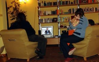 DUELLO TV TRA PRODI E BERLUSCONI PER LE ELEZIONI POLITICHE 2006, FAMIGLIA DAVANTI ALLA TELEVISIONE (MILANO - 2006-03-14, Silvano Del Puppo) p.s. la foto e' utilizzabile nel rispetto del contesto in cui e' stata scattata, e senza intento diffamatorio del decoro delle persone rappresentate