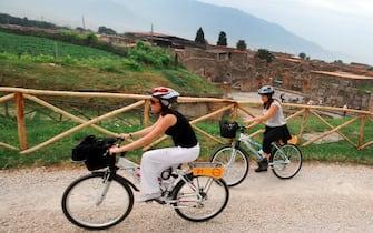 20100529 POMPEI (NAPOLI) -ACE- Molti cicloamatori ma anche tante famiglie, turisti stranieri, sopratutto tedeschi, hanno inaugurato stamane il primo percorso ciclo pedonale nell'area archeologica di Pompei, cinque chilometri tra rovine e scorci panoramici che si annuncia come una delle attrazioni della stagione estiva negli scavi. Il percorso si chiama 'Pompei bike' ed e possibile accedervi dopo aver pagato il biglietto a Piazza Anfiteatro, senza alcun sovrapprezzo. ANSA/CESARE ABBATE/