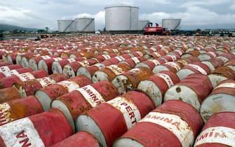 Barili di cherosene nel deposito Pertamina di Aceh Besar in Indonesia