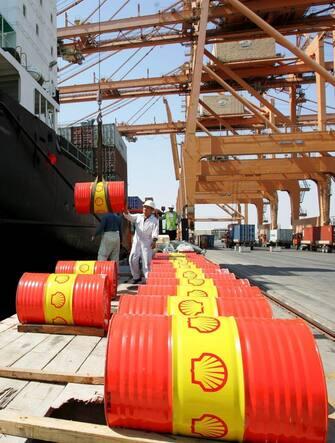 Barili di petrolio vengono caricati su un cargo nel porto di Salalah in Oman