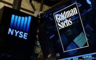 Un logo di Goldman Sachs alla New York Stock Exchange