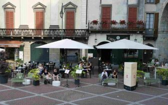 Bergamo alta discreta presenza di turisti.