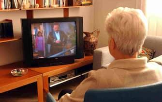 ANZIANA GUARDA LA TELEVISIONE TV IN CASA (MILANO - 2003-12-15, Letizia Mantero) p.s. la foto e' utilizzabile nel rispetto del contesto in cui e' stata scattata, e senza intento diffamatorio del decoro delle persone rappresentate