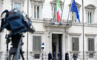 Telecamere all'esterno di Palazzo Chigi in piazza Colonna a Roma, 28 gennaio 2020.  ANSA/CLAUDIO PERI