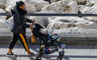 una mamma a passeggio con il figlio