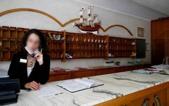Dipendente di una struttura turistica mentre parla al telefono