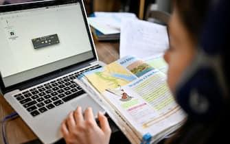 Bambini studiano a casa durante la chiusura delle scuole per Coronavirus nella foto: