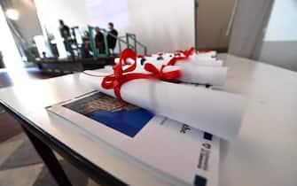Un momento della cerimonia della consegna degli attestati del corso di laurea di Scienze Politiche dell'Universit ' di Genova. E' la prima cerimonia dopo il periodo di pandemia che si svolge in presenza presso l'aula Magna dell'ex Albergo dei Poveri. Genova, 05 luglio  2021.ANSA/LUCA ZENNARO