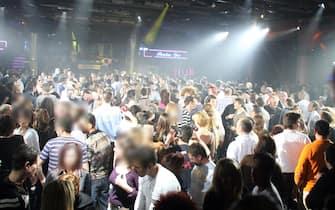 cortefranca (bs) 18-03-2007 discoteca number one ragazzi che ballano ph filippo venezia -ansa