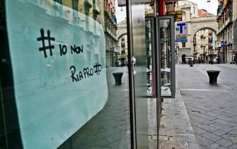 La protesta dei negozianti di via Chaia a Napoli, una delle principali mete per lo shopping, che, con volantini esposti sulle serrande ancora chiuse, hanno annunciato che il 18 maggio, data della fine del lockdown per i negozi al dettaglio, non riapriranno, 2 maggio 2020 ANSA / CIRO FUSCO