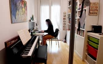 Elisabetta, dipendente pubblica ,al lavoro in smartworking nella stanza della figlia, Milano, 29 ottobre 2020. ANSA/DANIEL DAL ZENNARO