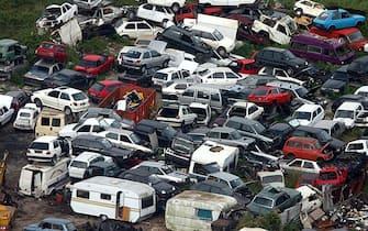 20061114 - ROMA - ECO - FINANZIARIA: VERSO ROTTAMAZIONE PER CAMBIO AUTO E MOTO. Un deposito di vecchie automobili, a Roma, in una immagine del 03 agosto 2002. Gli incentivi per favorire il cambio di una vecchia carretta con una nuova auto meno inquinante dovrebbero essere reintrodotti al Senato e riguarderanno anche le moto. La norma, che nella sua prima versione prevedeva per le auto Euro 4 e 5 l' esenzione dal bollo auto per due anni, non sara' pero' inserita nel decreto fiscale, attualmente all' esame di Palazzo Madama. Sara' invece introdotta nella Finanziaria vera e propria: il governo e' politicamente d' accordo e accogliera', anche se sta ancora cercando fondi, la richiesta che nasce da un ordine del giorno che la maggioranza sta presentando al Senato nell' ambito della discussione sul decreto fiscale.  MARIO DE RENZIS/ARCHIVIO - ANSA - KRZ