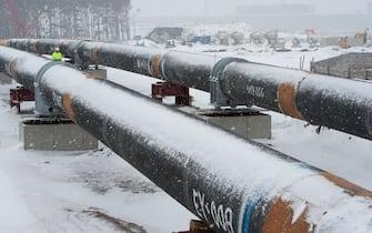 Boom consumi riscaldamento, viene dal gas naturale un quarto dell'energia che consuma l'Europa. Nella foto un gasdotto sotto la neve in Germania (a Lubmin)