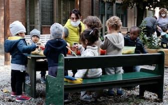 Modena. Bambini fanno attivita' ludiche all'aperto insieme agli educatori presso l'asilo nido Cittadella (Modena - 2020-10-07, ROBERTO BRANCOLINI) p.s. la foto e' utilizzabile nel rispetto del contesto in cui e' stata scattata, e senza intento diffamatorio del decoro delle persone rappresentate