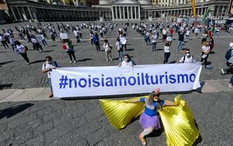 Manifestazione di operatori per il turismo in piazza del Plebiscito, a Napoli