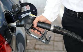 Milano - Cala il prezzo del petrolio ma non quello della banzina