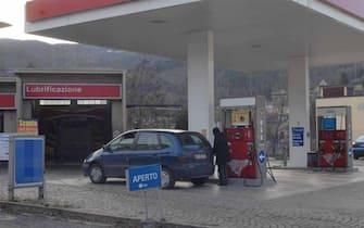 Bettola (Piacenza), il distributore di benzina della famiglia Bersani. Sergio Bersani, il cugino di Pierluigi, davanti al distributore di benzina di proprietà della famiglia
