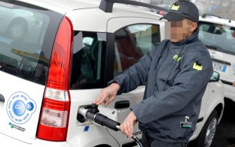 Milano - Inaugurazione distributore AGIP a idrogeno metano- ENI - Regione Lombardia - Carburante - ecologia - ambiente - consumi - automobile - inquinamento - pompa benzina - idrocarburi - tangenziale - autostrada