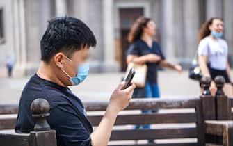 Nonostante la caduta dell'obbligo di mascherine all'aperto, molti ragazzi continuano a indossarla. Torino, 28 giugno 2021 ANSA/JESSICA PASQUALON. Torino, 28 giugno 2021 ANSA/JESSICA PASQUALON