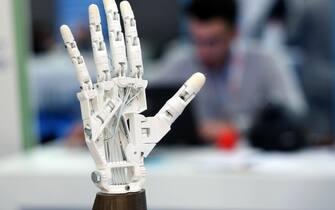 Tra le startup del programma di accelerazione d'impresa TIM#Wcap presenti a Smau, la fiera dedicata all'innovazione e al digitale inaugurata a Fieramilanocity, c'e'  LooQUI, la soluzione per la comunicazione a distanza tra sordociechi attraverso la lingua dei segni tattile. Gli utenti interagiscono grazie a una mano robotica  che replica i movimenti di una mano umana. Il sistema codifica i movimenti in messaggi internet,  21 ottobre 2015 a Milano.  ANSA / MATTEO BAZZI