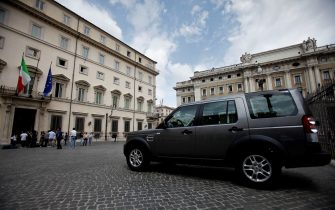 Un grosso suv parcheggiato di fronte a Palazzo Chigi, oggi 30 giugno 2011 a Roma. ANSA/ALESSANDRO DI MEO