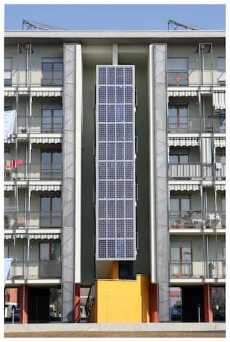 ALESSANDRIA - VILLAGGIO FOTOVOLTAICO - LE CASE SONO ALIMENTATE DA ENERGIA ELETTRICA PRODOTTA DA PANNELLI SOLARI (FOTOVOLTAICO VERTICALE ALTERNATIVA ENERGIA PULITA PANNELLI SOLARE) (CATALANI / IPA/Fotogramma, ALESSANDRIA - 2006-08-03) p.s. la foto e' utilizzabile nel rispetto del contesto in cui e' stata scattata, e senza intento diffamatorio del decoro delle persone rappresentate